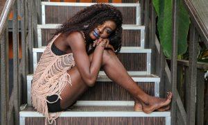 femme-africaine-modele-escalier
