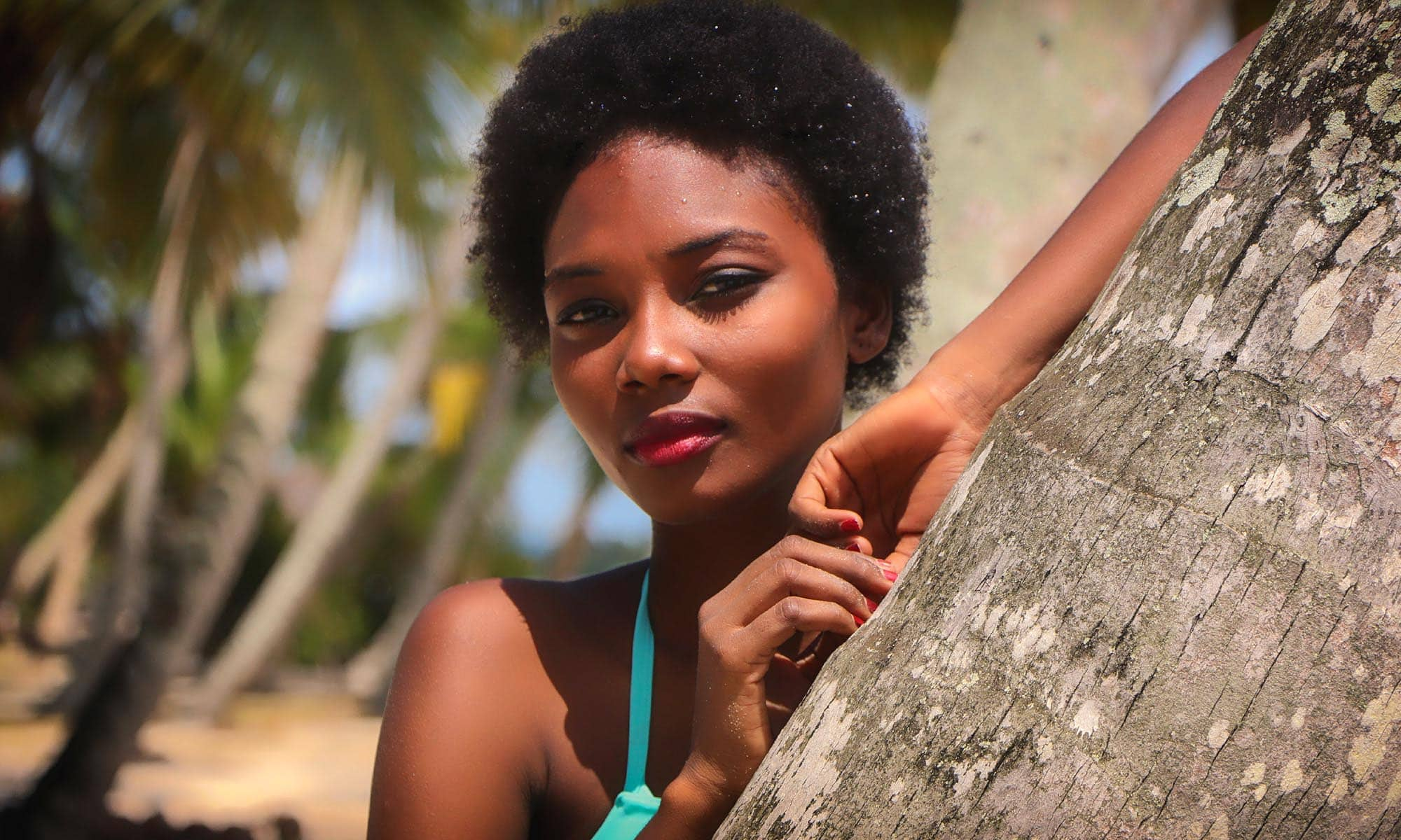 femme-africaine-modele-plage-cocotier