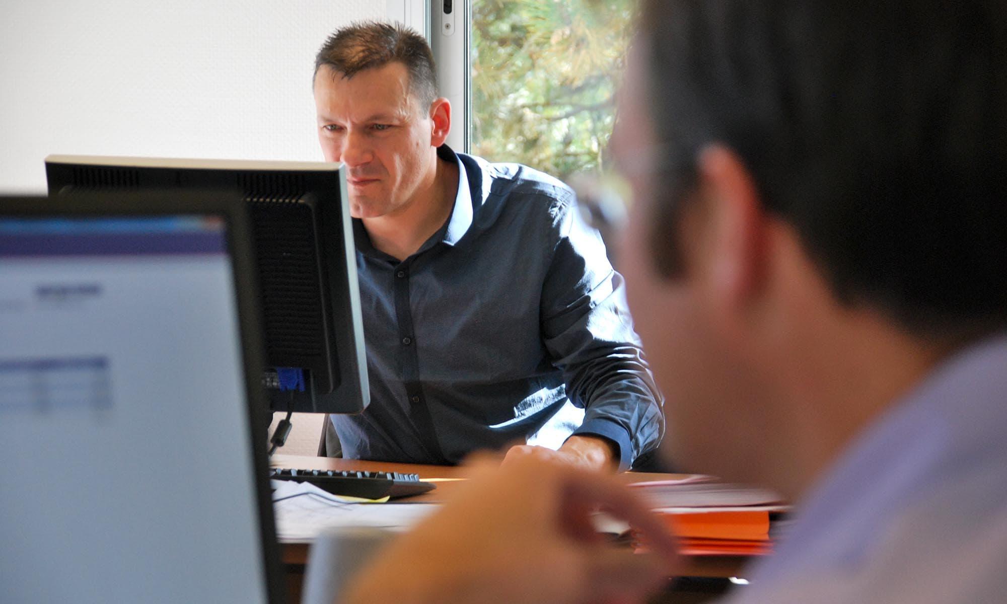 hommes-bureau-ordinateur